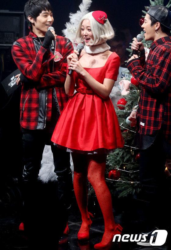韩国性感女星clara唱《可爱颂2》 奇特造型遭吐槽(组图)