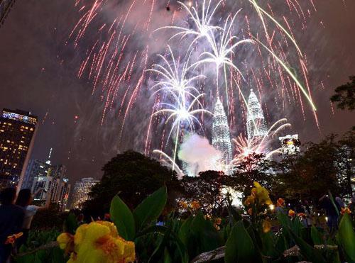 马来西亚吉隆坡双子塔燃放烟火