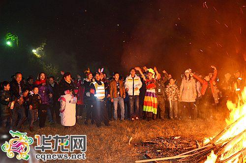 篝火晚会上,游客们围着篝火跳起舞来.记者 李黎 摄