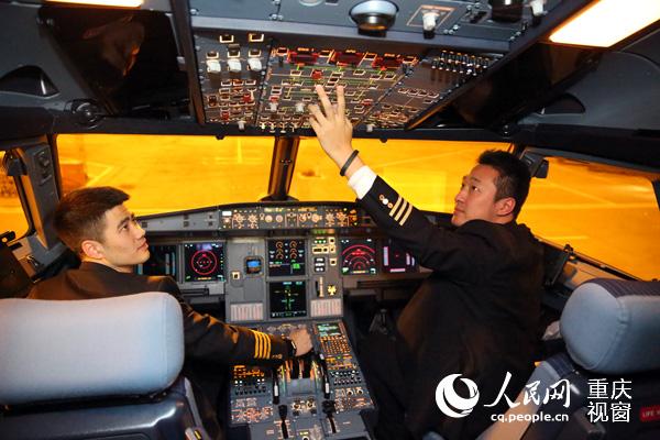 西部航空首架全新涂装飞机的两位机长.刘政宁 摄