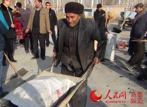 """新疆轮台县住村工作组为困难群众发""""爱心煤""""聚民心"""