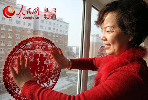 剪窗花贴年画 红红火火迎新年