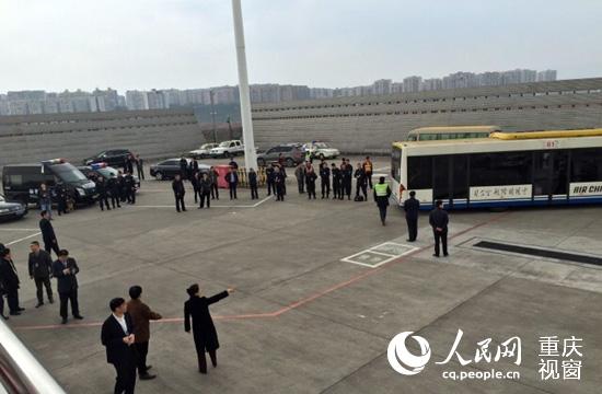 25日下午,由南宁至北京的CA1336航班备降重庆机场。(图片来源于网络)  CA1336航班备降重庆机场后,进行旅客疏散工作。(图片来源于网络)   人民网重庆2月25日电(刘政宁)重庆机场官方微博刚刚发布消息称:2月25日13:35时许,重庆机场现场指挥中心接国航CA1336机组报告:由南宁至北京的CA1336航班飞行途中,机上一王姓女子称飞机要爆炸。接报后,重庆机场迅即启动相应预案。飞机于14:00时安全备降重庆机场。   截至目前,机上全体旅客及航空器均安全。重庆机场方面表示,经对该航班进行防爆