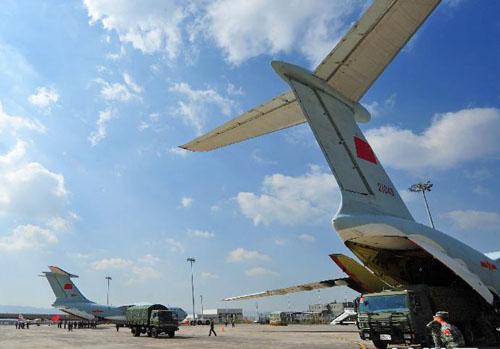 中国空军再派6架飞机空运援助尼泊尔救灾物资