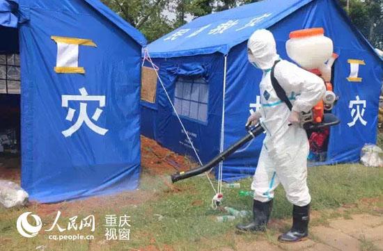 尼泊尔前方传来消息,当地时间5月12日12时50分左右,中国政府医疗队三名医生正在临时搭建的帐篷医院内为一名右手受伤的儿童清创,中尼边境再次发生7.5级余震,当时有明显震感,持续约十秒钟,营地出现三米长的裂缝,所幸医疗队队员和住院病人都没在此次地震中受伤。