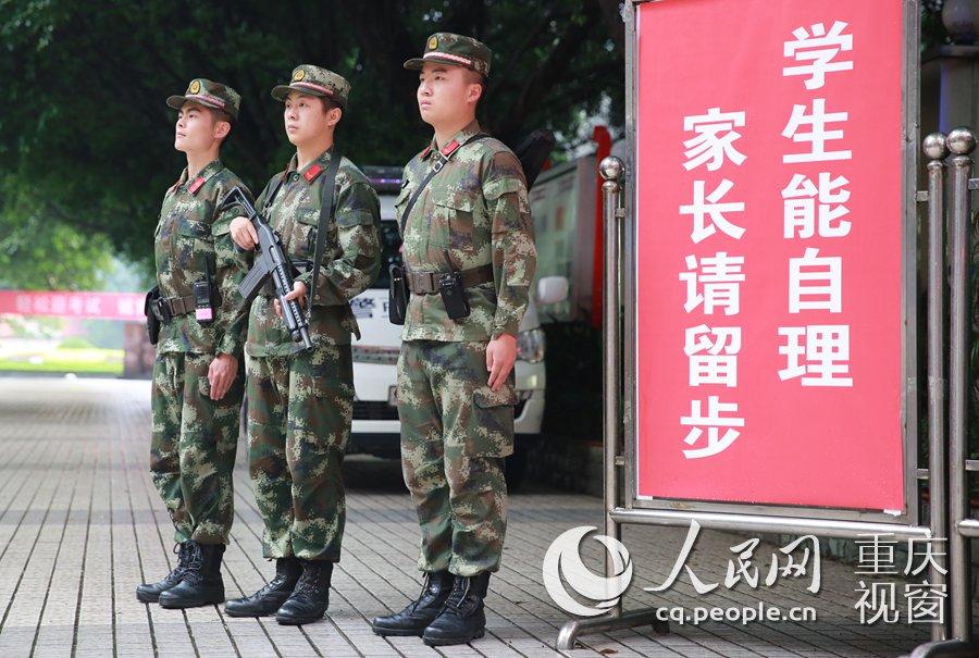求精中学考点大门执勤的武警.胡虹/摄
