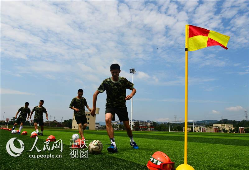 重庆武警足球队:用靶纸练射门 警营男儿展豪