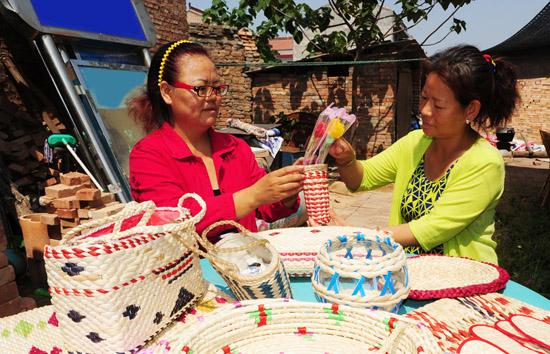 闻喜:下岗女工玉米皮编织实现创业梦