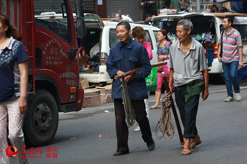 """重庆朝天门批发市场,两名""""棒棒""""在路边寻找业务.刘政宁 摄-重庆 图片"""