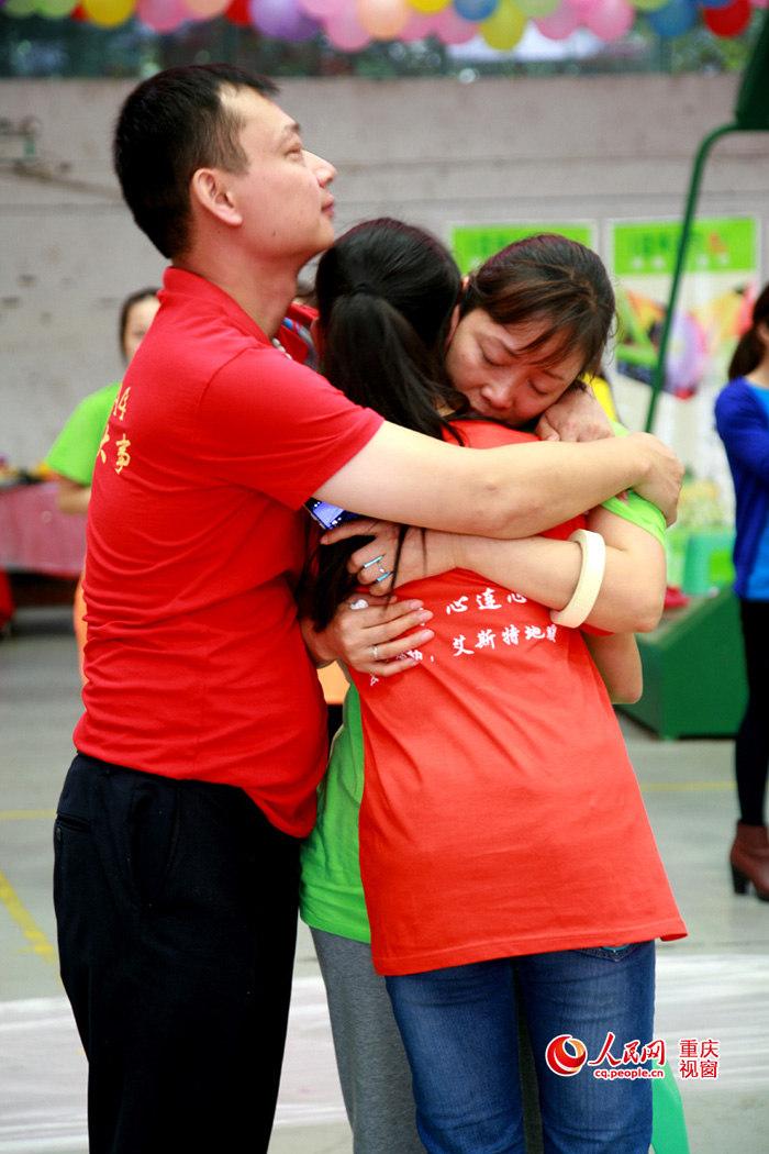 重庆中学生为父母洗脚学感恩 泪翻 全场