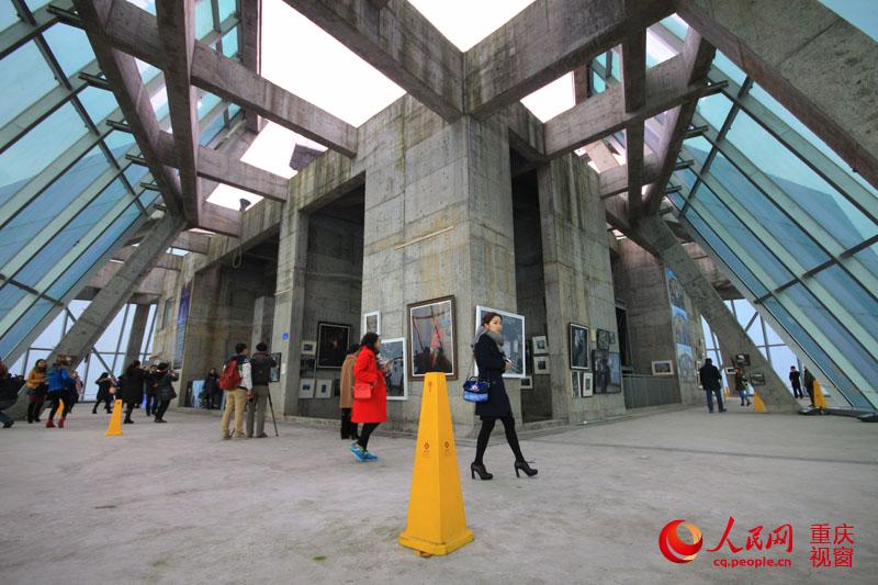 重庆最高楼 空中影展 开幕 市民 窗里窗外 看城市变迁图片