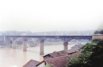 重庆桥梁工程有限责任公司保存的上世纪60年代的嘉陵江大桥老照片.图片