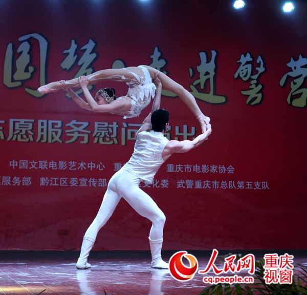 青年杂技演员孙艺娜,杨文通用轻盈的舞步,曼妙的舞姿表演的杂技肩上