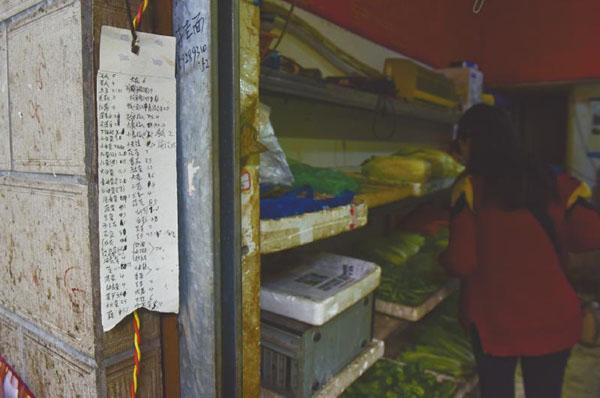 """重庆铁锅门朝天门店-周边的商贩对记者称,""""看邱老板外出,我也常常转过头去看看,都一图片"""