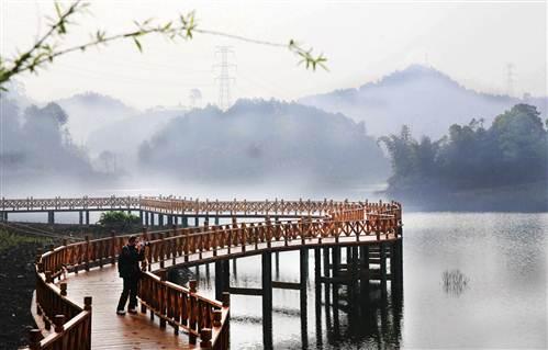 近日,万盛经开区金桥镇青山湖宛若仙境.