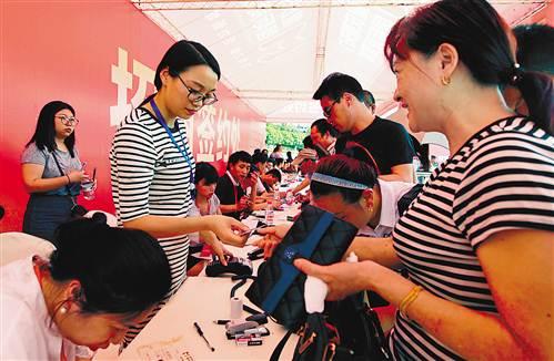 5月10日,重庆朝天门国际商贸城招商暨政策解读会后,商户纷纷到签图片