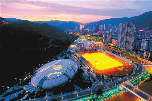 7月15日,万盛经开区,夜幕下的文化体育活动中心游泳馆、运动场、