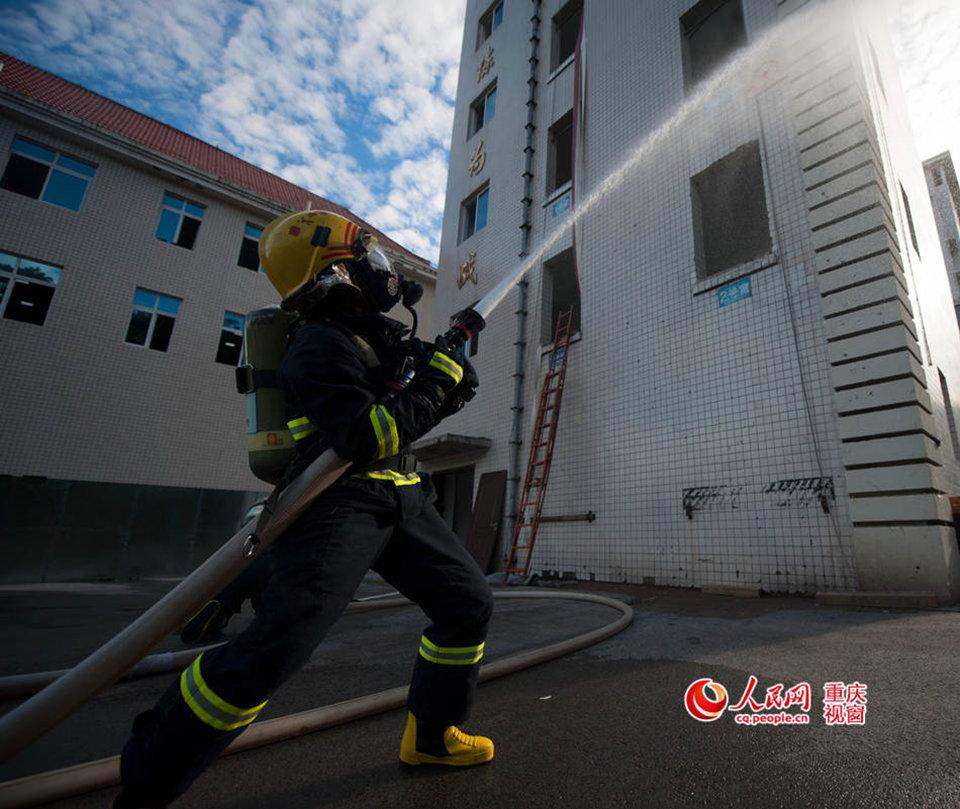 高清组图:重庆消防官兵40度高温演练 画面帅爆了