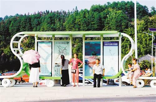 万盛:农村棚式公交车站投入使用
