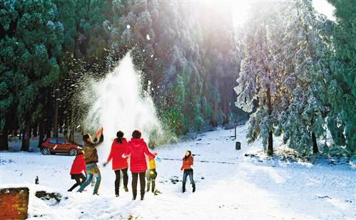 11月9日,丰都县南天湖风景区,游客在雪地里玩耍.通讯员 何良树 摄