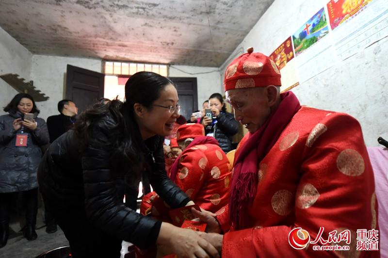 綦江横山举办百岁攻略道具活动组合团年游戏老人旅行青蛙图片