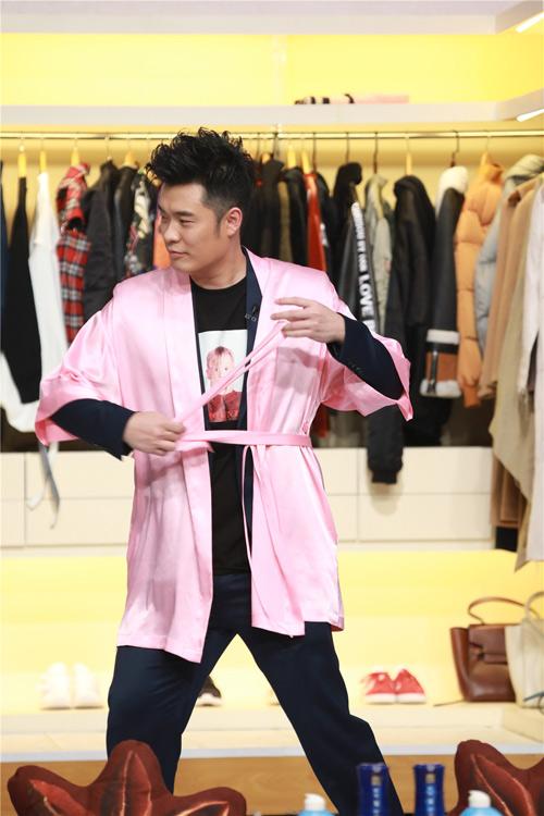 陈赫对维密粉色浴袍爱不释手