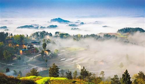 南川区兴隆镇李家湾民居在晨雾中宛若仙境.