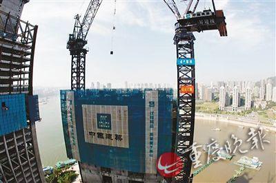 风景宜人的两江交汇,人潮涌动的朝天门,一栋栋拔地而起的高楼正展图片