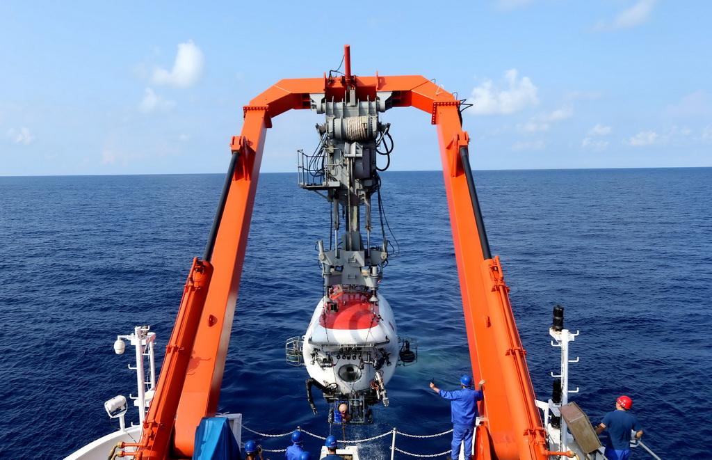 """""""蛟龙""""号深潜南海发现大面积结壳和结核分布"""