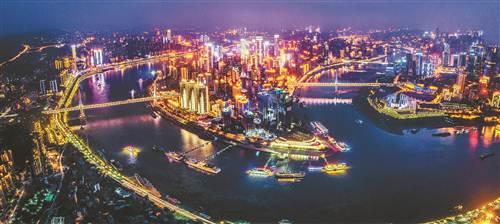重庆渝中半岛,两江交汇之地,每到夜晚,一座座桥梁如彩虹卧波连接图片