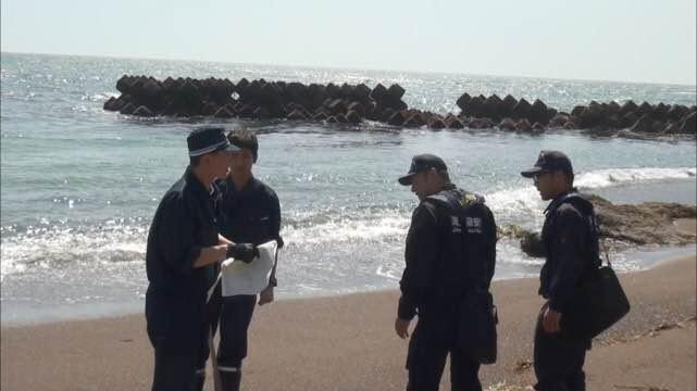 陈蓝燕)8月27日早晨,在日本北海道钏路市海岸,当地渔民发现一具年轻