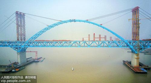 世界最大跨度公铁两用钢拱桥主拱成功合龙