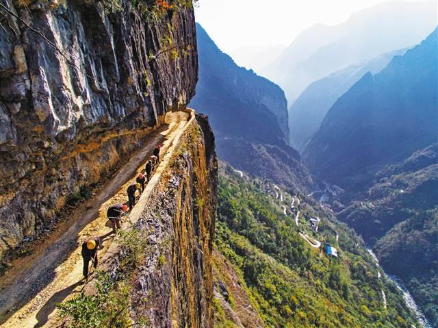 巫溪:绝壁上凿出致富路