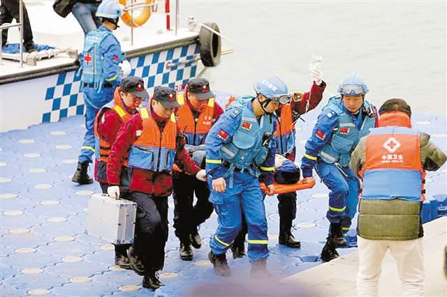 重庆举行首次陆水空立体医学救援演练