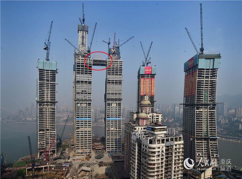"""12月19日,重庆新地标――来福士广场""""观景廊桥""""首段成功上升至250米高空。"""