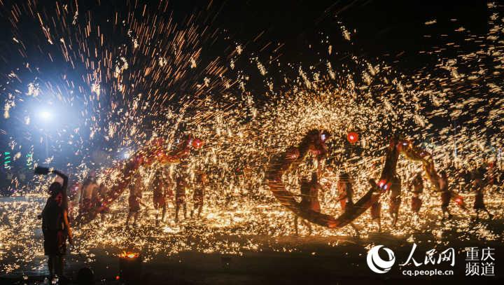 重庆:铜梁火龙贺新春 红红火火年味足
