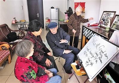 102岁的老人仍估痴爱英语 学了90年从未间断