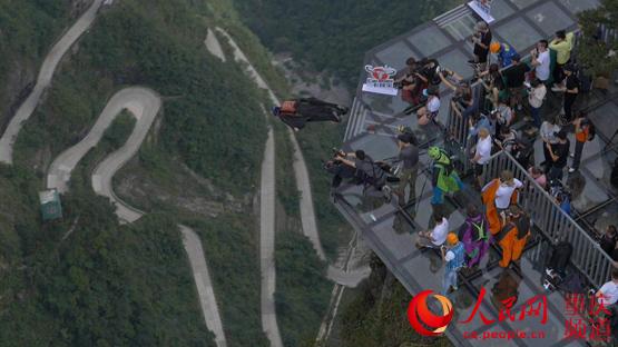 云阳龙缸首秀编队翼装飞行 6名飞人一起跳