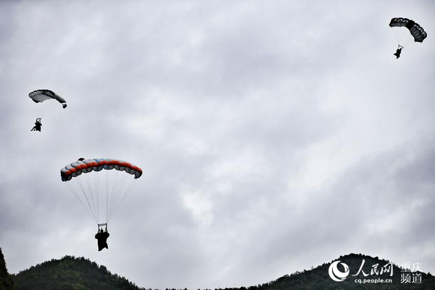 翼装飞行运动员们打开降落伞。罗嘉 摄