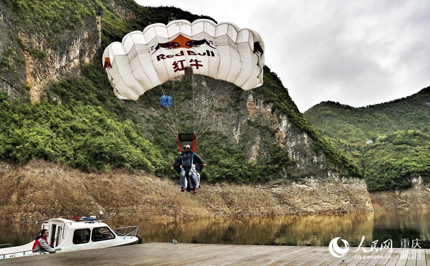 中国翼装飞行第一人张树鹏降落。罗嘉 摄