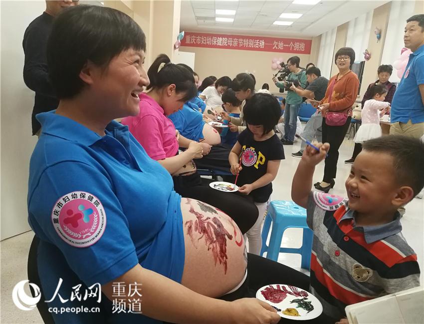 """情暖母亲节 大宝在妈妈肚皮上绘制""""爱的色彩"""""""