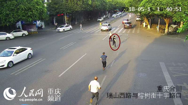 重庆:毒贩持刀拒捕挟持出租车 民警开枪制服