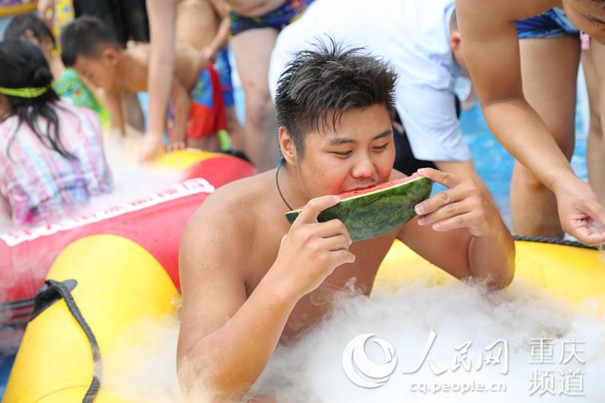 消暑有奇招 重庆市民冰船上啃西瓜