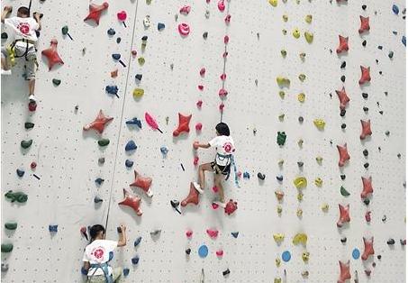 11岁女童轻松攀岩上18米 比爬树轻松