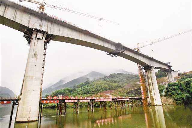 重庆铁路枢纽东环线御临河特大桥合龙