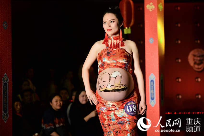 重庆举办孕妈彩绘大赛 准爸爸画出美好心愿