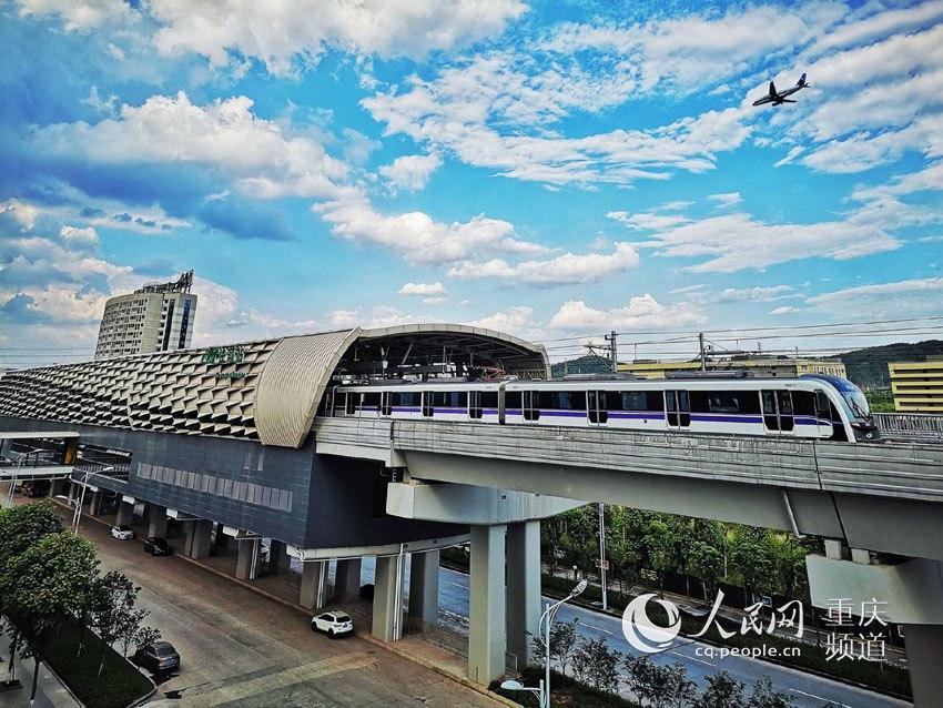重慶軌道交通10號線,是重慶在國內獨創的As型車,爬坡能力強,轉彎半徑小,載客量大。