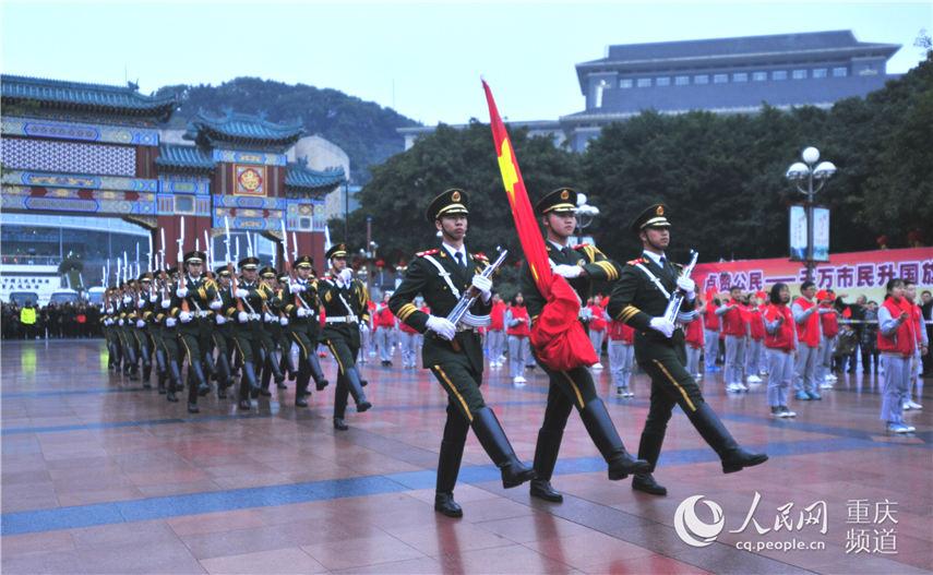 国旗保护队换正步提高 王�Z 摄