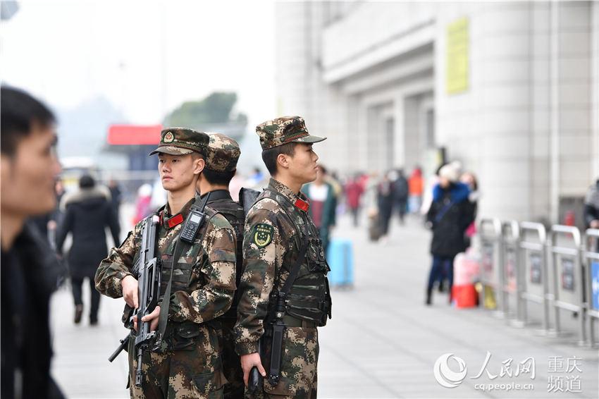 春运首日 武警重庆官兵为返乡旅客撑起安全屏障