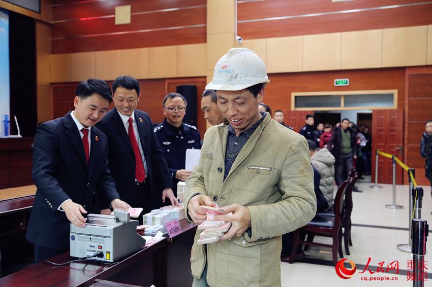 """重庆一法院为农民工""""撑腰"""" 兑付工资1505万元"""